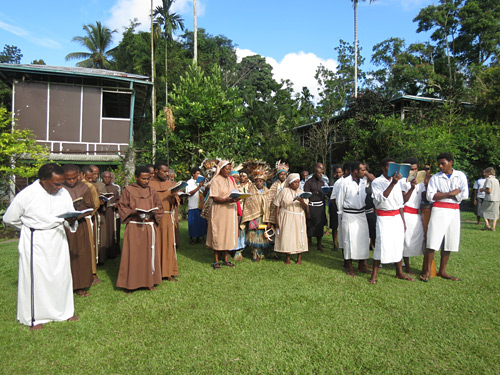 Religious communities sing at Popondetta 22 Oct